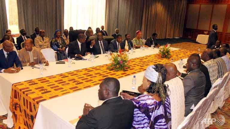 Benin President Thomas Boni Yayi (3rd left) and Senegalese President Macky Sall (4th left), chairman of the ECOWAS meet in a hotel with opposition leaders and members of civil society groups in Ouagadougou hotel, Sep 19, 2015.